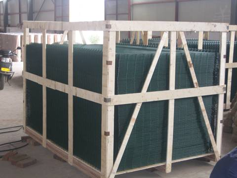 Many sheets of PVC coated green general welded wire mesh panel are in wooden box.