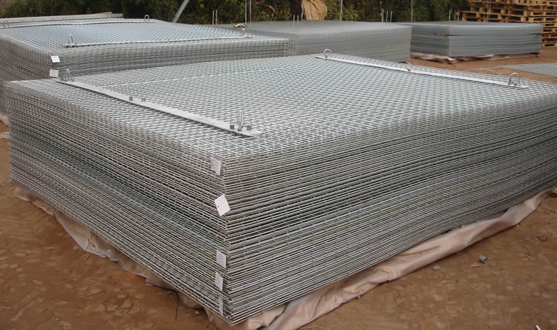Many sheets of galvanized iron welded wire mesh with installing accessories are on the kraft paper.