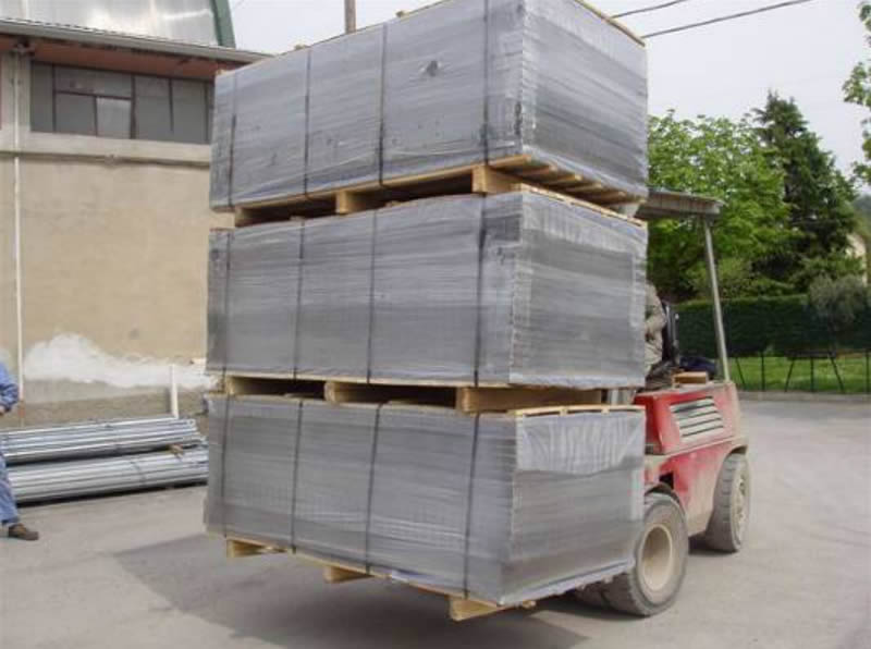 Many pieces of welded mesh panels are packed with plastic film and then placed on the wooden pallet.